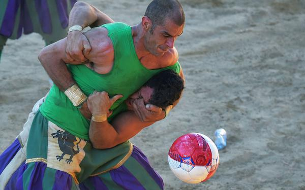 calcio-storico-might-be-the-most-brutal-sport-on-the-planet-31-photos-video-18