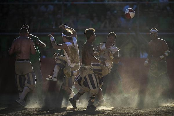 calcio-storico-might-be-the-most-brutal-sport-on-the-planet-31-photos-video-22