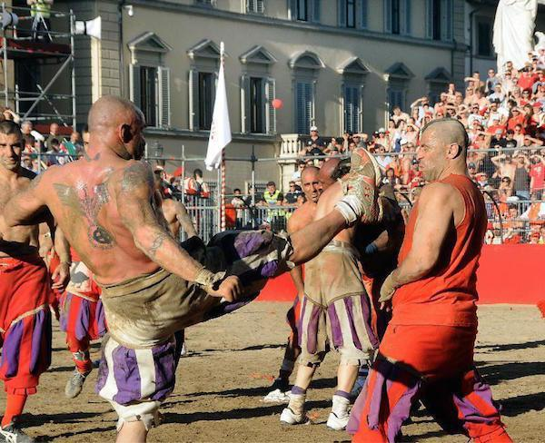 calcio-storico-might-be-the-most-brutal-sport-on-the-planet-31-photos-video-29