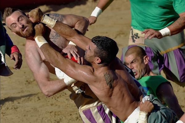 calcio-storico-might-be-the-most-brutal-sport-on-the-planet-31-photos-video-7