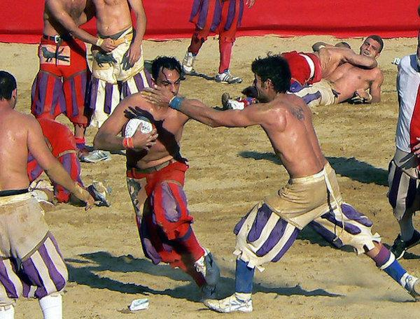 calcio-storico-might-be-the-most-brutal-sport-on-the-planet-31-photos-video-9